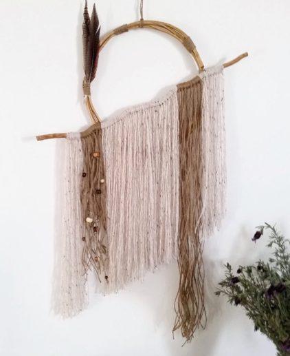 Atrapasueños tapiz boho. Atrapasueños de madera o raiz con plumas y macramé en tonos tierra