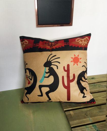 Cojin con print nativo americano de Kokopelli, cojín etnico, complementos kokopelli, cojín símbolos etnicos, cojin dios fertilidad, cojín tonos ocres, cojín tonos crudos, cojín boho, cojín bohemio, decoración boho