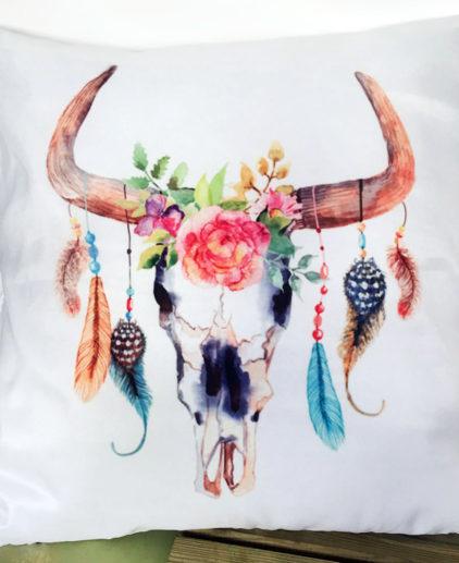 Cojín con dibujo de craneo de vaca, flores y plumas, cojín western, cojín country, decoración boho, cojín boho, cojín coachella, decoración coachella, decoración plumas, boho chic