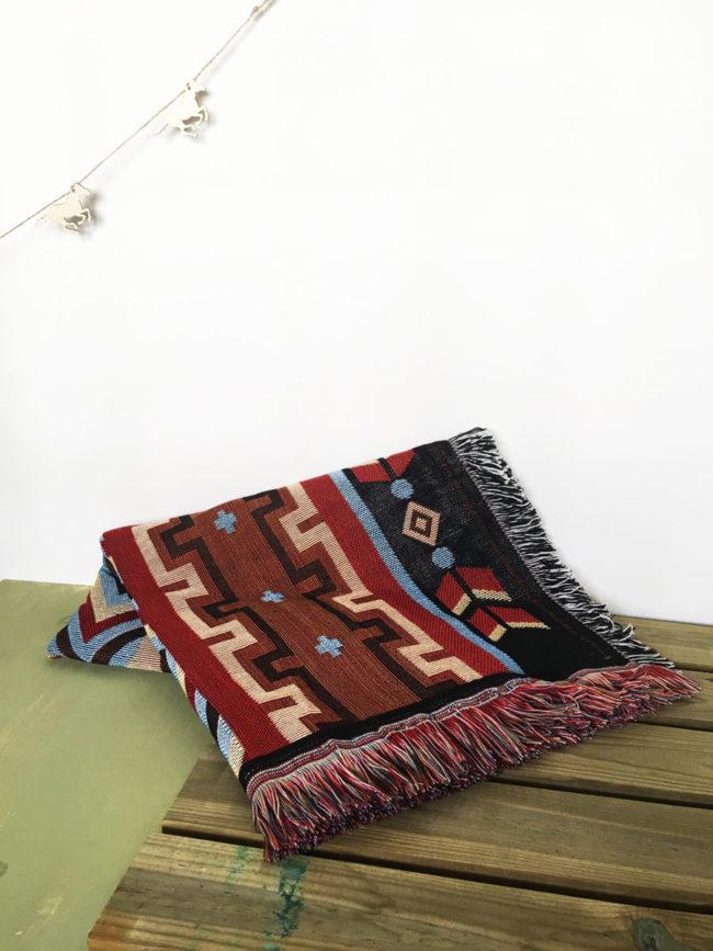 Manta con print de motivos nativo americanos, Manta con estampado de motivos estilo nativo americano, alfombra estilo navajo, manta estilo navajo, alfombra estilo country, manta estilo country, manta estilo suroeste, alfombra estilo suroeste, manta arizona, alfombra arizona, alfombra nuevo mejico, manta nuevo mejico, Manta tribal, alfombra tribal, alfombra etnica, manta etnica, etnicos