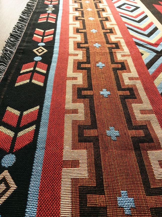 Manta con estampado de motivos estilo nativo americano, alfombra estilo navajo, manta estilo navajo, alfombra estilo country, manta estilo country, manta estilo suroeste, alfombra estilo suroeste, manta arizona, alfombra arizona, alfombra nuevo mejico, manta nuevo mejico, Manta tribal, alfombra tribal, alfombra etnica, manta etnica, etnicos