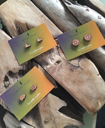 Pendientes de madera con forma de erizo. Son pequeños y de tachuela. Hipoalergénicos.
