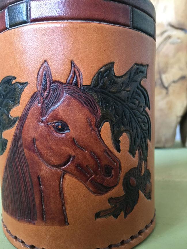 Portalapices de piel repujada con dibujo de caballo, portalápices de piel, portalápices de caballo, portalápices de piel marrón, regalo jinete, regalo amante de los caballos, piel brocada, lapicero caballo, lapicero piel, lapicero piel repujada, juego escritorio piel
