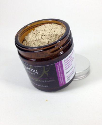 BEAUTY MASK Mascarilla facial de Illita verde & arcilla Ghassoul con Neem, MSM y Limón. Embellece y desintoxica, para todo tipo de piel. Esta mascarilla purifica, rejuvenece y revitaliza la piel. Es ideal para el uso frecuente como parte de su rutina facial un par de veces a la semana. Deja la piel perfectamente limpia, descongestionada, luminosa y tonificada así como suave y tersa. Se trata de una mezcla seca que se puede adaptar para muchas necesidades, así como evitar cualquier tipo de conservantes añadidos. La fabricación de la máscara con agua fresca o un hidrolato es el capricho perfecto para la piel. Ingredientes Activos: Arcilla Verde Illita, es uno de los antisépticos más fuertes de la naturaleza, que tiene una fuerte propiedad anti-inflamatoria, que atrae a las impurezas. Se utiliza en una tratamientos faciales para eliminar toxinas, impurezas y el exceso de grasa. puede ayudar a acelerar el proceso de curación de las condiciones de la piel seca Rhassoul, es una arcilla de Marruecos, ha sido utilizado durante siglos para sus propiedades curativas. Naturalmente contiene altos niveles de minerales beneficiosos, tales como magnesio, calcio, potasio y hierro. Mejora la claridad de la piel, elasticidad, el tono y la textura de la piel mientras reduce la sequedad. Caolín, suave y buena para todos tipos de pieles. Mejora la circulación y contiene nutrientes esenciales buenos para el tratamiento de la piel. Neem Orgánico, antiviral, anti-hongos, anti-bacteriano, anti-inflamatorio, analgésico. Ayuda a reducir los signos de inflamación, hinchazón o sensibilidad, también es lleno de nutrientes y contiene altas cantidades de antioxidantes que ayudan a proteger la piel de los daños ambientales. Polvo de MSM, es un compuesto de origen natural, de azufre. Fundamental para el desarrollo de las proteínas en los seres vivos. Se utiliza internamente para ayudar a la salud de los huesos y la flexibilidad. Se utiliza por vía tópica para sus poderes de rejuvenecimiento celular 