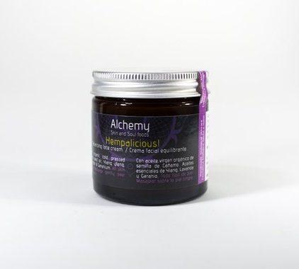 Hempalicious - Una crema llena de vitaminas y ácidos grasos 3,6 y 9. Es equilibrante, reafirmante y muy nutritiva, con propiedades antibacterianas naturales que nos ayuda mantener la piel libre de imperfecciones y la elasticidad de la piel. Esta crema es de fácil absorción y adecuado para todo tipo de piel, incluso las mixtas y grasas. Ingredientes activos El aceite de semilla de Cáñamo, una ayuda natural contra la piel rebelde, es naturalmente anti bacteriano y lleno de ácidos grasos omega 3, 6 y 9, en una proporción exacta de 3:1 que se adapta de forma única para curar y nutrir la piel. El ácido gamma linoleico ( GLA ) mejora la consistencia de los aceites naturales que produce la piel, ayudando a descongestionar y dejar los poros menos visibles. Aceite de almendra dulce, es ligero y rico en vitamina E , A, B1 , B2 y B6. Se absorbe rápidamente por la piel, hidrata y protecta, dejando la piel flexible y suave. Lavanda, un aceite muy curativo con propiedades antibacterianas. Niaoulí, se considera un antiséptico fuerte y se utiliza para proteger contra la infección, por lo que es valioso para las heridas, úlceras, acné , manchas, forúnculos, picaduras de insectos, así como de actuar como un descongestionante sobre la piel grasa. Ylang ylang, tiene un magnífico aroma y también ayuda a equilibrar la piel. Ylang ylang ayudará a devolver tanto la piel muy seca y muy aceitosa a la salud mediante el equilibrio de la secreción de sebo. PARA USAR Aplicar sobre la piel seca y limpia mañana y/o noche. Ingredients: (INCI Aqua, Prunus Dulcis oil, Cannabis Sativa seed oil, Glyceryl Stearate*, Cetearyl Alcohol*, Sodium Stearoyl Lactylate*, Glycerin (vegetable derived), Dehyroacetic acid & Benzyl alcohol**, Tocopherol, Melaleuca Leucadendron Viridifloram, Lavandula Angustifolia, Pogostemon cablin.) *Emulsifier of vegetable origin. Ecocert approved**Preservative Eco certified ♥ Todos nuestros productos están hechos a mano, frescos y en pequeñas cantidades en las montañas Andaluzas. 