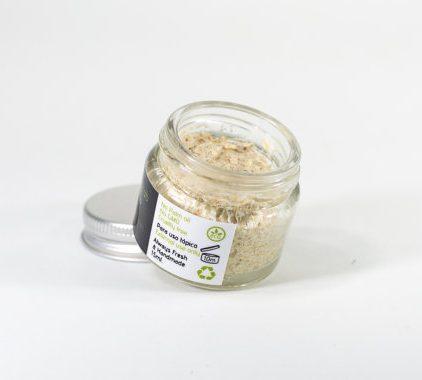 Exfoliante 100% natural con manteca de Karité, aceite de Oliva virgen extra y Limón. Este peeling exfolia y acondiciona, con gránulos de fibra de arroz y azúcar panal orgánico que ayudan a renovar las células de la epidermis y puede ayudar a estimular el colágeno, perfecto para preparar para los labios para el maquillaje. También es ideal para la exfoliación de las cutículas y los nudillos secos, dejando la piel y las uñas hidratadas y suaves. Para usar: Simplemente tome una pequeña cantidad en la punta de tu dedo y masajear suavemente sobre los labios en pequeños movimientos circulares. Limpia con un algodón o papel, siga con una ligera capa de bálsamo para los labios si es necesario. Ingredients (INCI Sucrose, Olea europaea oil, Oryza Sativa, Ricinus communis, Butyrospermum Parkii butter, Tocopherol, Citrus Medica Limonum.) ♥ Todos nuestros productos están hechos a mano, frescos y en pequeñas cantidades en las montañas Andaluzas. Gracias a la fértil tierra y la increíble biodiversidad abastecemos muchas de las materias primas localmente y orgánicamente o de proveedores certificados de confianza. Sin aceites minerales Sin colorantes o fragancias sintéticos Libre de parabenos Libre de SLS y ftalatos No a productos transgénicos No a la crueldad hacia los animales CONSEJOS DE ALMACENAMIENTO: Los productos de Alchemy Skin & Soul deben ser almacenados en su embalaje original y mantenerlos alejados de la luz solar directa, la humedad y las temperaturas extremas. Las mantecas y lociones sólidas se pueden derretir si se dejan a la luz o a una fuente de calor directa. Los aceites crudos pierden sus propiedades beneficiosas si se someten a altas temperaturas. Naturalmente, los productos con mantecas se suavizaran durante los meses más cálidos y se endurecen en el invierno, pero esto es totalmente normal. Si se derrite el producto en cualquier momento, simplemente coloque el producto en posición vertical en un lugar fresco y se endurecerá.