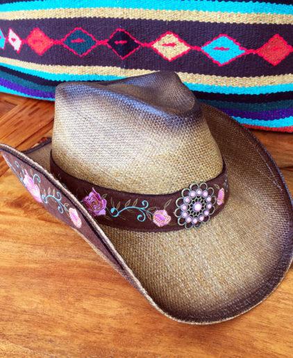Sombrero Cowgirl de Rafia con Flores Bordadas, sombrero vaquero, sombrero vaquera, accesorios cowgirl, accesorios western, sombrero western, sombrero linedancing, sombrero line dancing, sombrero cowboy mujer, sombrero cowgirl rosa