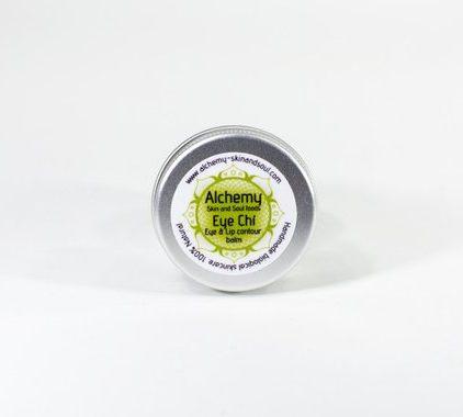 Eye Chi - Bálsamo para contorno de Ojos y labios. Hidratante y reparador. 100% Natural aceite de Coco, manteca de Cacao y manteca de Karité, para reparación de pieles deshidratadas y para prevenir las arrugas. Perfecto para el uso de diario, hidrata y protege mientras acondiciona las pestañas. Usar también para preparar la piel para el maquillaje y pintalabios. Ingredientes activos: El Aceite de Coco es rico en vitaminas y tiene muchos beneficios para nuestra piel y con una estructura molecular mucho mas pequeña que la de otros aceites. Utilizado en combinación, con aceites, permite la penetración más rápida y profunda en la piel. La manteca de Cacao posee una alta cantidad de antioxidantes que ayuda a combatir los signos de envejecimiento mientras ofreciendo hidratación suprema con su abundancia de ácidos grasos. Karité es un emoliente con propiedades fantásticas para la suavidad y el acondicionamiento de la piel. COMO USAR Ablanda el bálsamo con los puntos de los dedos y aplicar según necesidad. Ingredientes: (INCI (Butyrospermum Parkii, Cacao theobroma, Cocos nucifera, Tocopherol.) Tarro aluminio 15ml. ♥ Todos nuestros productos están hechos a mano, frescos y en pequeñas cantidades en las montañas Andaluzas. Gracias a la fértil tierra y la increíble bio diversidad abastecemos muchas de las materias primas localmente y orgánicamente o de proveedores certificados de confianza. Sin aceites minerales Sin colorantes o fragancias sintéticos Libre de parabenos Libre de SLS y ftalatos No a productos transgénicos No a la crueldad hacia los animales CONSEJOS DE ALMACENAMIENTO: Los productos de Alchemy Skin & Soul deben ser almacenados en su embalaje original y mantenerlos alejados de la luz solar directa, la humedad y las temperaturas extremas. Las mantecas y lociones sólidas se pueden derretir si se dejan a la luz o a una fuente de calor directa. Los aceites crudos pierden sus propiedades beneficiosas si se someten a altas temperaturas. Naturalmente, los productos con man