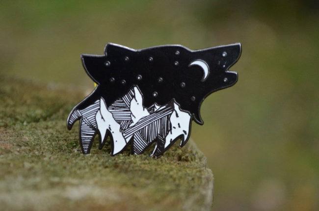 Pin de Lobo, Montañas y Luna, pin de esmalte con forma de lobo, pin de animales, pin de montañas, pin de luna, pin de acampada, inspiración acampada, bosque, naturaleza