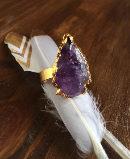 Anillo Flecha Amatista Takoma, anillo flecha tallada, anillo punta de flecha, anillo piedra morada, anillo flecha boho, anillo flecha gypsy