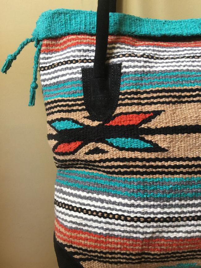 Bolso Tribal Tejido a Mano Azul, Beige y Naranja ¨Amadahy¨, bolso estilo boho, bolso tribu, estilo indio, bolso estilo nativo americano, bolso estilo mexicano, bolso bohemio, bolso western, bolso hippie invierno, bolso clásico moderno, bolso tonos tierra, bolso boho marrón