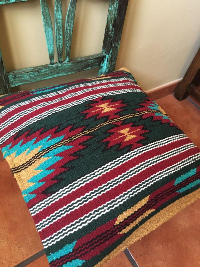 Funda de cojin Tribal Tejida a Mano Pequot, cojin indio, cojin nativo americano, cojin motivos aztecas, cojin motivos navajos, cojin dibujo tribal, cojin tejido a mano, cojin artesanal