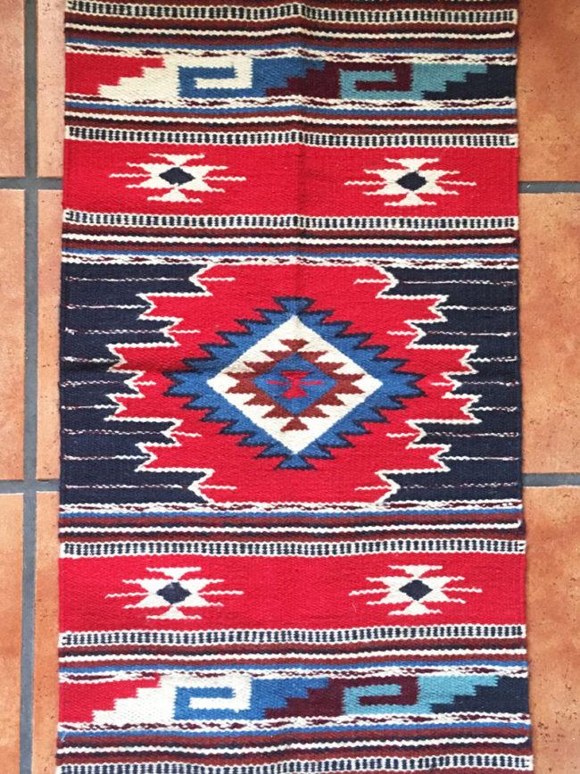 Alfombra Azul y Roja Tejida a Mano Kewanee, alfombra tejida a mano, alfombra mexicana, alfombra sudamericana, alfombra nativo americana, alfombra roja geométrica, alfombra roja tribal, alfombra roja etnica, alfombra country, decoración country, alfombra boho chic, alfombra bohemia, alfombra estilo western