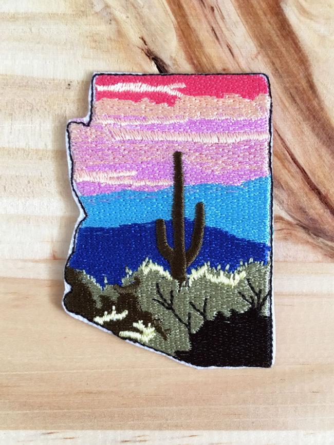 Parche Premium Loving Arizona, parche de cactus, parche bordado, parches originales, parches de colores, parches coleccionables, colección de parches, parche de arizona, arizona patch, saguaro patch, cactus patch, atardecer, saguaro al atardecer