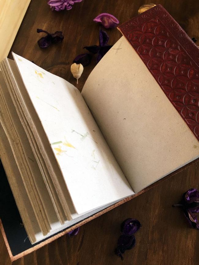 Cuaderno de Cuero y Papel Reciclado Camp Verde, diario de cuero, agenda de cuero, libreta de cuero repujado, agenda de piel, cuaderno de piel, diario bonito, diario especial, papelería rústica, cuaderno papel reciclado, diario papel reciclado, cuaderno cuero con incrustación de piedra