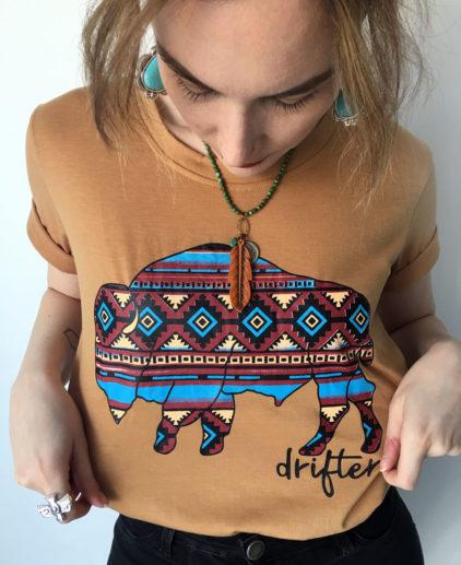 Camiseta Bufalo Drifter , camiseta country, camiseta western, camiseta westernchic, camiseta vaquera, camiseta cowgirl, camiseta cowboy, ropa vaquera, camiseta bohochic, camiseta bohohippie