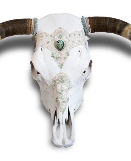 Craneo de vaca decorado a mano Candela, craneo de vaca boho, cabeza de búfalo bohochic, decoracion boho, decoracion exclusiva bohochic, estilo decorativo Zbohohippie, craneo de vaca exclusivos, cabezas de vaca artesanales bohemias
