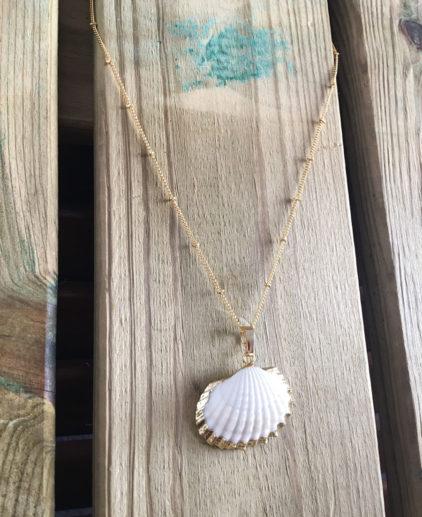Colgante Crystal Beach de concha con bordes chapados en oro, colgante de vieira, joyas de concha, bisutería de concha marina, bisutería verano