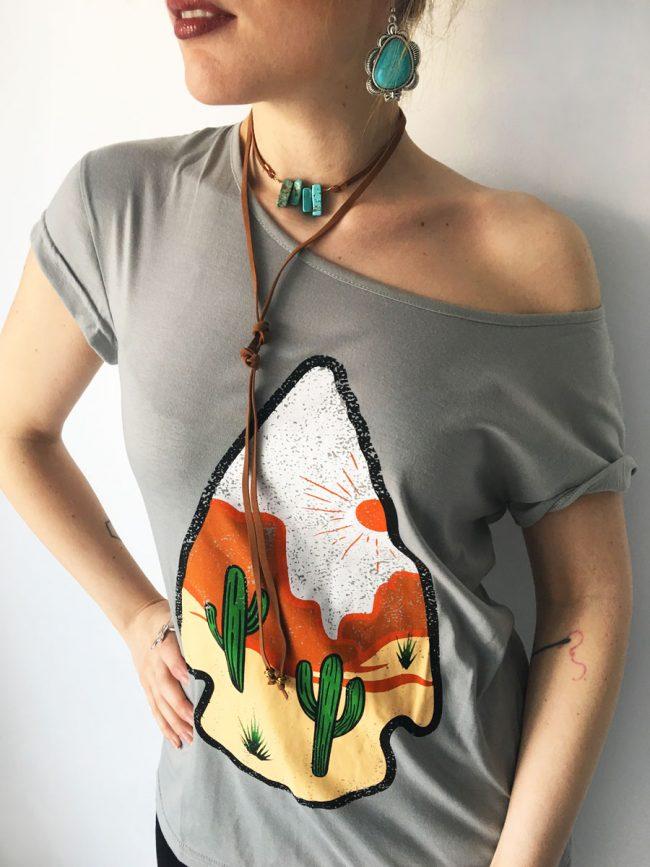 Camiseta Desert Arrow, camiseta gris, camiseta desierto, camiseta cactus, camiseta desierto, camiseta flecha, camiseta country, camiseta western, western chic, western fashion