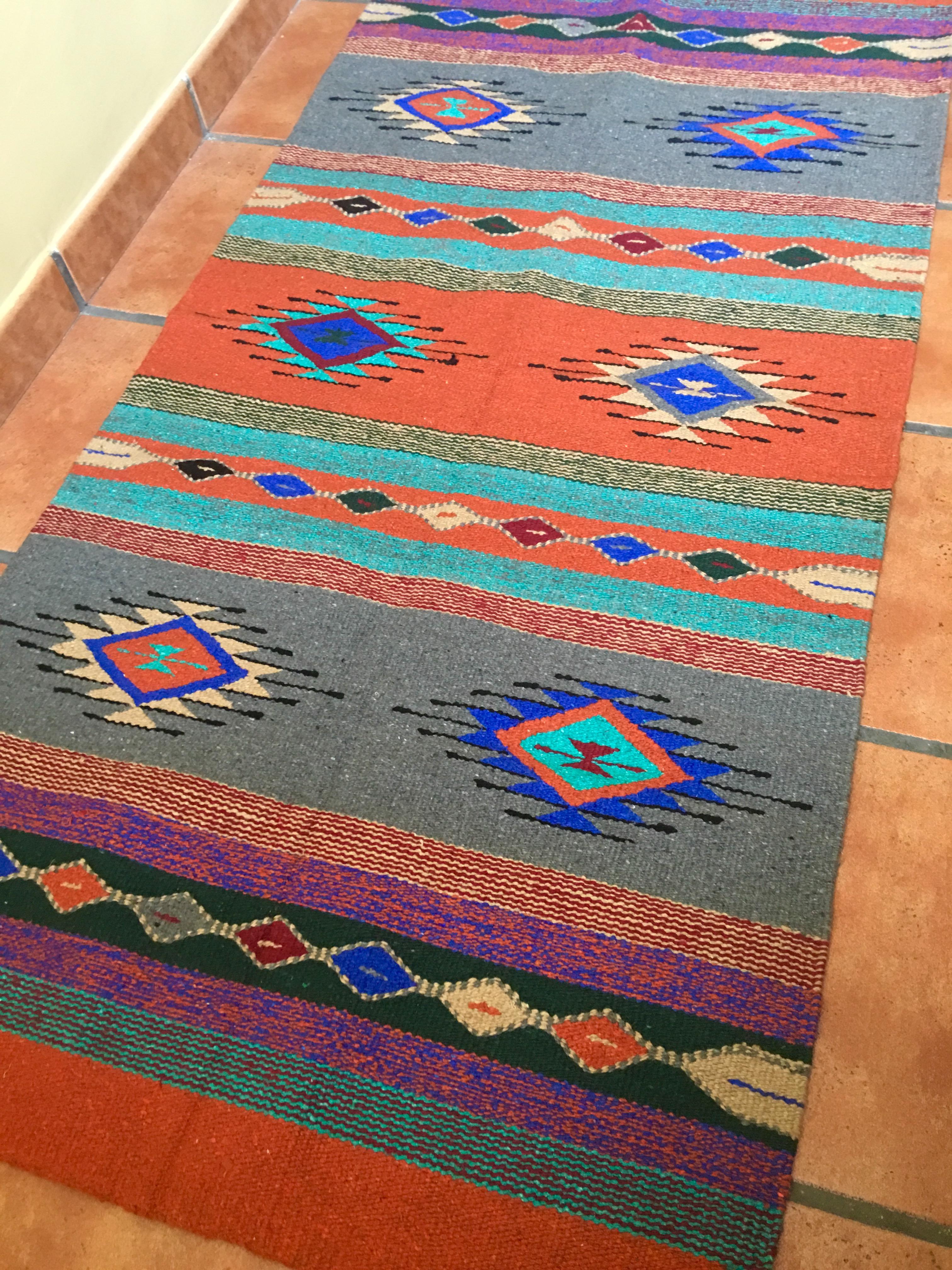 Alfombra Naranja y Gris Tejida a Mano Bronzebrook, alfombra nativoamericana, alfombra india, alfombra tribal, alfombra dibujo western, alfombra country, alfombra estilo suroeste americano, alfombra estilo bohemio, alfombra estilo bohochic, decoración bohochic, decoración country, alfombra rústica