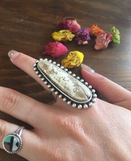 Anillo de Piedra Mellow Peak, anillo boho, anillo bohochic, anillo estilo nativo americano, indio americano, estilo western, joyas country, accesorios country, estilo country, estilo western, westernchic, anillo de piedra blanca, anillo original, anillo bonito, anillo grande