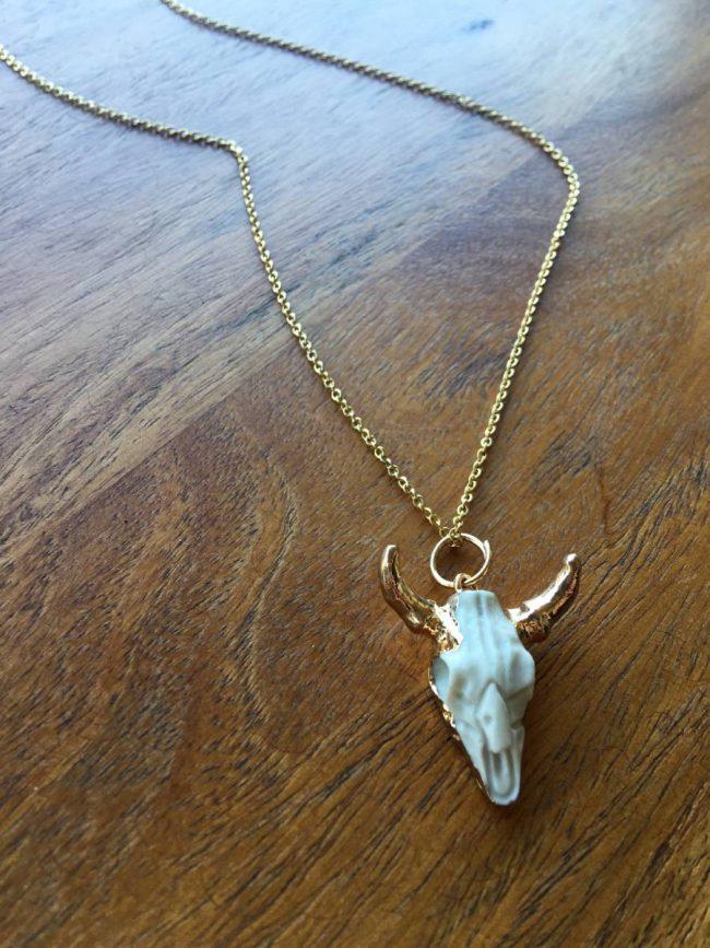Colgante de cabeza de búfalo El Mirage, con cadena dorada simple de acero inoxidable y cierre de langosta y colgante en forma de craneo de búfalo blanco con baño dorado en el borde y cuernos
