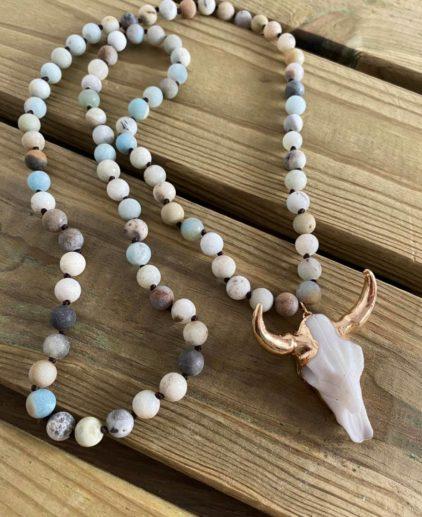Collar de amazonita azul con craneo de búfalo